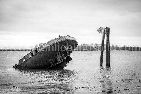 Schiffswrack Uwe am Elbstrand in Hamburg Blankenese (schwarz-weiß)